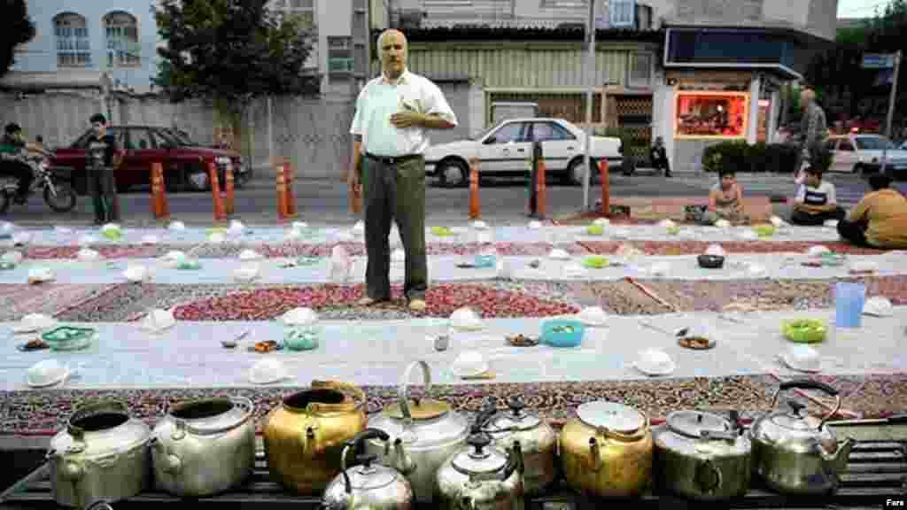 این روزها در برخی شهرهای ایران افطارهای گروهی رایج است. این عکس خبرگزاری مهر از بلوار ابوذر تهران است. عکس: مهدی مریزاد