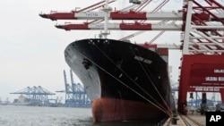 中国天津港的一艘货轮(资料照)