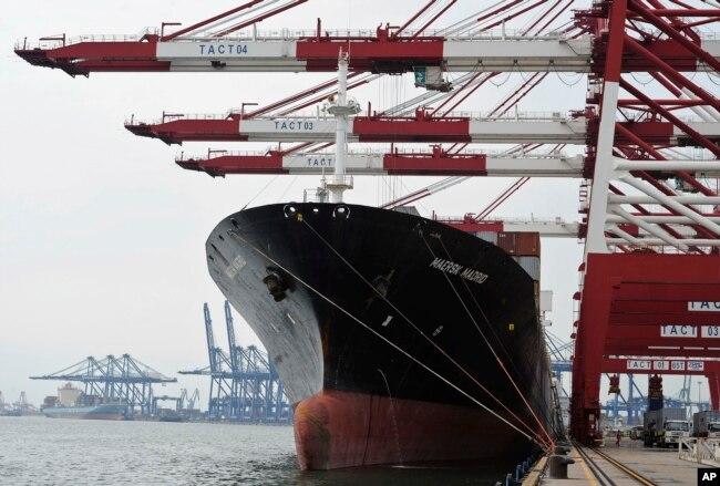在天津港,集装箱货轮装船(2010年8月5日)