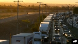 2019年4月9日在墨西哥一側等待進入美國的貨車。