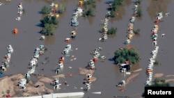 17일 미국 콜로라도주의 홍수 피해지역인 웰드카운티에서 차량들이 물에 잠겨있다.