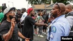 聖路易斯市示威者與當地警察對峙