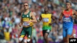 Pelari Afrika Selatan, Oscar Pistorius (kiri) yang menggunakan kaki prostetik, berhasil masuk babak semifinal 400m putera, Sabtu (4/8).