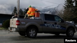Rescue workers, volunteers depart fire station in Darrington, Washington, March 26, 2014.