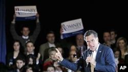 수퍼화요일을 앞두고 4일 테네시 주 톡스빌에서 유권자들과 만난 미트 롬니 후보.