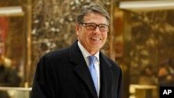 ອະດີດຜູ້ປົກຄອງລັດ ເທັກຊັສ ທ່ານ Rick Perry ຍິ້ມໃນຂະນະທີ່ທ່ານເດີນທາງອອກຈາກຕຶກດາດຟ້າ Trump. ນະຄອນ ນິວຢອກ. 12 ທັນວາ, 2016.
