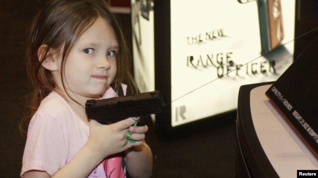 El 13 de abril de 2012 se cumplió la versión 141 de la Reunión Anual de la Asociación Nacional del Rifle en St. Louis. En la imagen una 'futura' compradora.