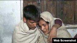 حیدر علی اپنی والدہ کے ہمراہ (تصویر بشکریہ ایکسپریس)