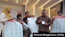 Ketua KPU Arief Budiman (baju batik) saat memperagakan proses pemilihan di Gedung KPU, Jakarta, Selasa, 18 Desember 2018. (Foto: VOA/Ahmad Bhagaskoro)