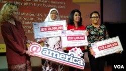 Para pemenang kompetisi kewirausahaan yang diadakan oleh Kedutaan Besar AS di Jakarta, bekerja sama dengan Universitas Austin Texas dan Universitas Trisakti, Jakarta. (VOA/Iris Gera)