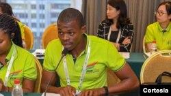 Presidente do CNJ de São Tomé e Príncipe a discursar na mesa redonda no 3º Festival da Juventude China-África em Pequim.