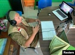 Ahmad Winardi mengajar membaca Alquran secara online di pesantren kilat bulan Ramadan di tengah pandemi virus corona, di Jakarta, 25 April 2020. (Foto: Reuters)