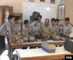 Tim Robotik siswa-siswa SMP Negeri 7 Bandung.