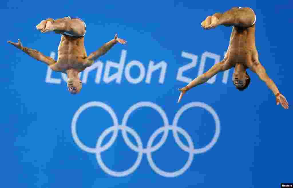 Los británicos Tom Daley (derecha) y Peter Waterfield durante la competencia de clavados sincronizados, plataforma de 10 metros, en la que consiguieron bronce. China y México ganaron oro y plata.