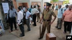 選舉工作人員看管著投票箱