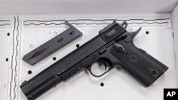 Игрушечный пистолет, который был в руках убитого полицейским 12-летнего подростка Тамира Райса. Кливленд. 26 ноября 2014 г.