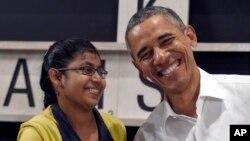Tổng thống Obama tươi cười với một cô bé tị nạn 16 tuổi người Myanmar sau khi nói chuyện về tình hình người tị nạn, ở Kuala Lumpur, Malaysia, 21/11/2015.