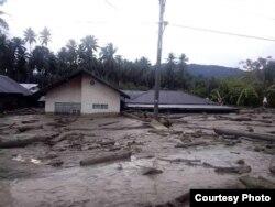 Rumah-rumah warga yang terendam lumpur pasca Banjir Bandang di desa Bangga, Kecamatan Dolo Selatan, Kabupaten Sigi, Sulawesi Tengah. (29/4). (Foto: BPBD Kabupaten Sigi)
