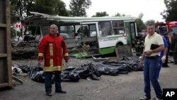 Hiện trường tai nạn xe tải tông xe khách gần thủ đô Moscow, Nga, 13/7/2013