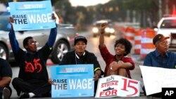 Những người biểu tình chặn Đại lộ Mack ở Detroit trong khuôn khổ của cuộc biểu tình toàn quốc đòi tăng lương tối thiểu lên 15 đô la một giờ.