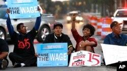 Beberapa pekerja restoran cepat saji AS menuntut upah minimum $15 per jam dalam protes di kota Detroit, Michigan (foto: dok).