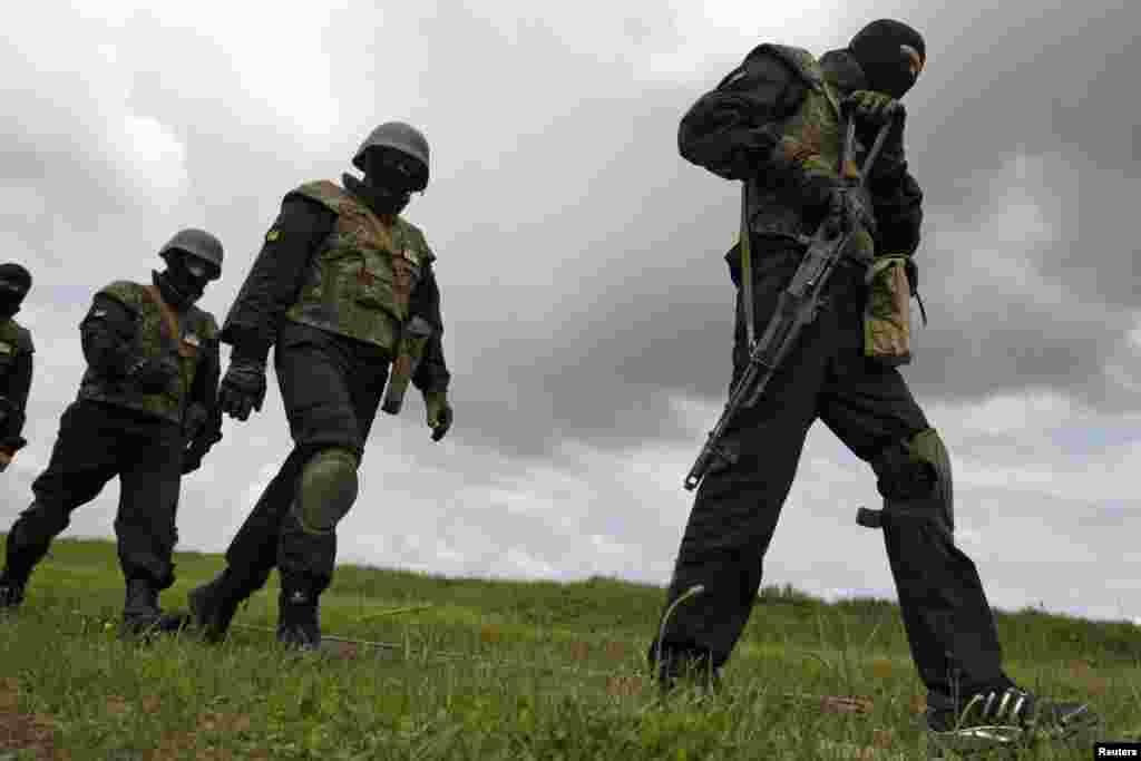 "Members of the ""Donbass"" self-defense battalion train at a National Guard base,near Kyiv, June 2, 2014."
