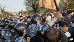 6일 모스크바 중심가에서 반푸틴 시위를 진압하는 경찰들