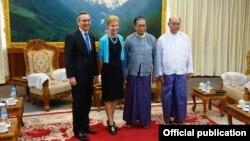 အေမရိကန္အဆင့္ျမင့္သံ ျမန္မာအစုိးရ အၾကီးတန္း တာဝန္ရွိသူေတြနဲ႔ေတြ႔ဆုံစဥ္။ ( သတင္းဓာတ္ပံု-U.S. Embassy Rangoon)