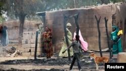 지난 21일 나이지리아 북부지역에서 이슬람 반군과 정부군의 충돌로 불탄 주택가.