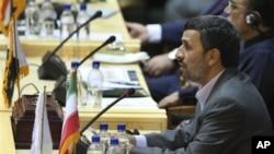 President Iran Mahmoud Ahmadinejad berpidato dalam Konferensi Internasional Pertarungan Global Melawan Terorisme di Tehran, Iran (25/7/2011). Dalam laporan tahunannya, AS menuduh Iran banyak mendukung terorisme global pada tahun 2012.
