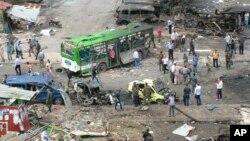 23일(현지시간) 시리아 해안도시 타르투스의 버스정류장에서 발생한 폭탄 공격 직후 관계자들이 피해수습에 나섰다. 시리아 관영 사나 통신이 공개한 사진.
