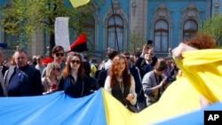 У здания Верховной Рады в день голосования по проекту закона о статусе украинского языка. Киев. 25 апреля 2019 г.