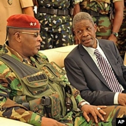 Guinea's acting president General Sekouba Konate, left, speaks with Prime Minister of the transitional government Jean Marie Dore, 26 Jun 2010 (file photo)
