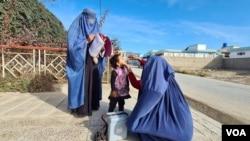 Əfqanıstanın Fərah vilayətində poliomielitə qarşı kampaniya zamanı qıza polio peyvəndi verilir.