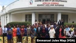 Les bénéficiaires d'un don pour une sensibilisation contre le VIH au siège de l'ONG Synergies Africaines à Yaoundé, le 13 novembre 2019. (VOA/Emmanuel Jules Ntap)