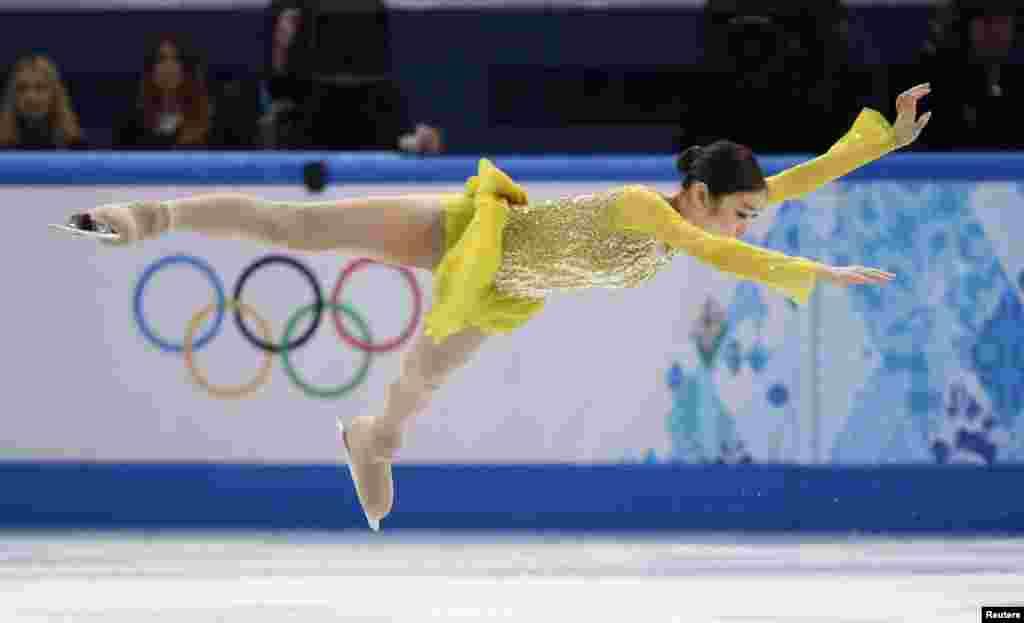 러시아 소치 동계올림픽에 출전한 한국 대표팀 김연아 선수가 19일 여자 피겨 쇼트프로그램 경기에서 연기를 펼치고 있다.