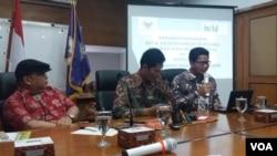 Diskusi soal intoleransi dan radikalisme di kantor Komisi Nasional Hak Asasi Manusia (Komnas HAM) di Jakarta, Senin (15/5). (VOA/Fathiyah Wardah)