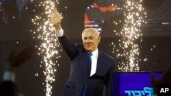 베네민 네타냐후 이스라엘 총리가 10일 총선이 끝난 후 텔아비브에서 지자자들을 향해 손을 흔들고 있다.