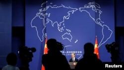 記者參加中國外交部新聞發言人的記者會。(2020年12月14日)