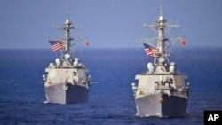 美國海軍科蒂斯·威爾伯號伯克級導彈驅逐艦(右)在西太平洋航行 (資料照片)