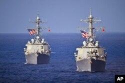 美国海军科蒂斯·威尔伯号伯克级导弹驱逐舰(右)在西太平洋航行 (资料照片)