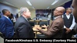 Mike Hammer, ntoma ya Etats-Unis (na katikati) na masolo na bato basusu na ambassade ya Etats-Unis, Kinshasa, 11 juin 2019. (Facebook/Ambassade ya USA)