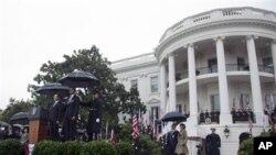 미국 백악관에서 열린 공식환영회에 참석한 이명박 한국 대통령과 바락 오바마 미국 대통령