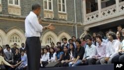 سهرۆک ئۆباما لهگهڵ کۆمهڵێـک خوێندکاری کۆلێژی Xavier شـاری مۆمبای هیندسـتان دهدوێت، یهکشهممه 7 ی یازدهی 2010