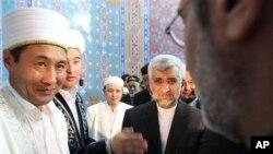 Perunding nuklir Iran, Saeed Jalili (tengah, baju hitam), melakukan shalat Jumat di Masjid Almaty, Kazakhstan saat waktu istirahat perundingan nuklir (5/4).