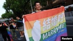 同性婚姻支持者在台湾立法院外庆祝同婚专法的通过。(2019年5月17日)