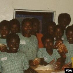 Jacqueline con un grupo de mujeres de Ruanda con quienes colaboró para desarrollar una panadería en el mercado de Kigali.