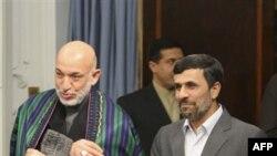 Президент Афганистана Хамид Карзай (слева) и президент Ирана Махмуд Ахмадинежад. Тегеран. 26 марта 2011 года