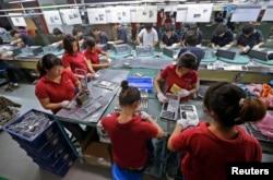 中国湖北省武汉市富士康工厂的雇员2012 年 8 月 31 日在工作