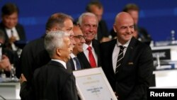 فیفا ورلڈ کپ 2026 کی میزبانی کے اعلان کے بعد فیفا کے صدر جیانی انفین ٹینو ساکر اہلکاروں کے ساتھ۔